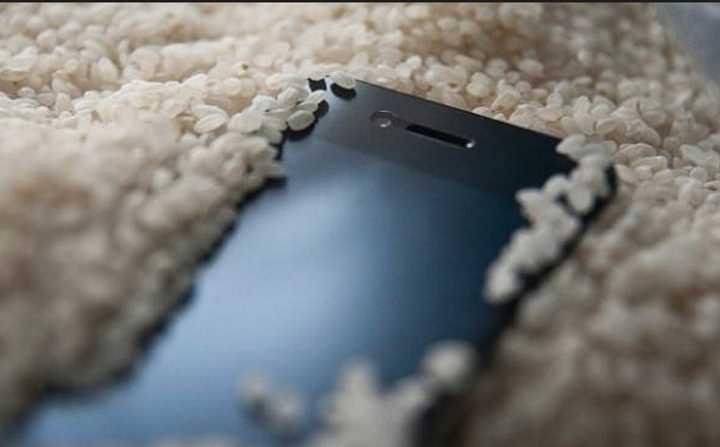 Что делать, если в телефон попала влага?